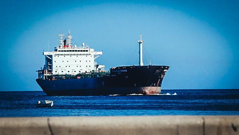 """El buque petrolero """"Manuela Saenz"""" de PDVSA entra en la bahía de La Habana el viernes 10 de mayo de 2019. EFE/ Ernesto Mastrascusa"""