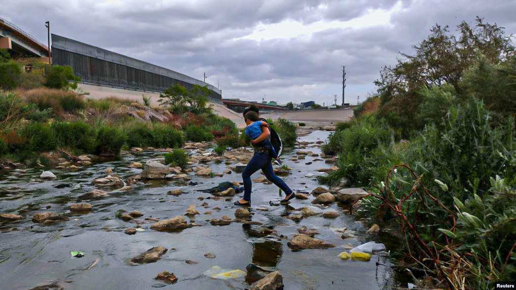 Migrantes cruzan por el Río Bravo.