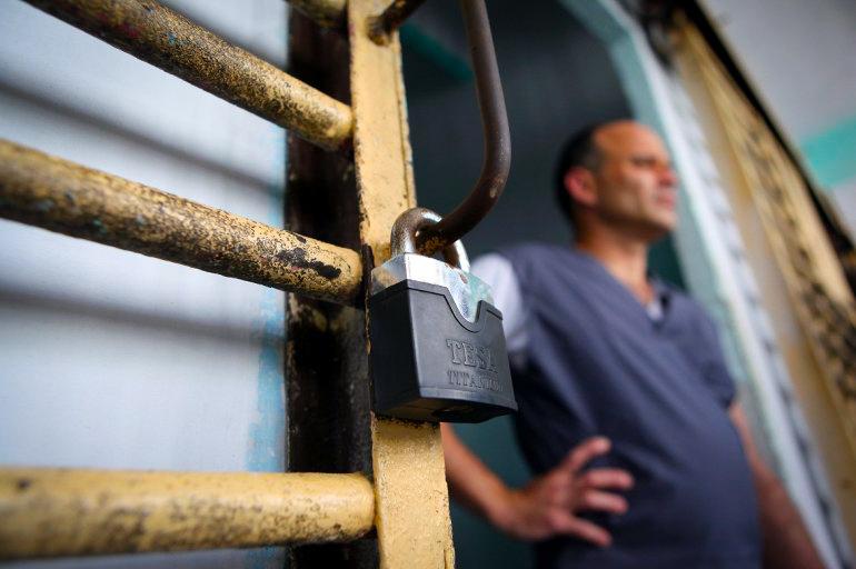 Un recluso permanece en la puerta de su celda en la prisión Combinado del Este, en La Habana, Cuba.EFE / ARCHIVO