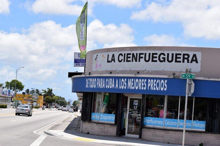 Fotografía del 31 de mayo de 2019 que muestra la fachada de una tienda que ofrece productos para Cuba, en una céntrica calle de Miami, Florida. EFE/Ignacio Pérez .