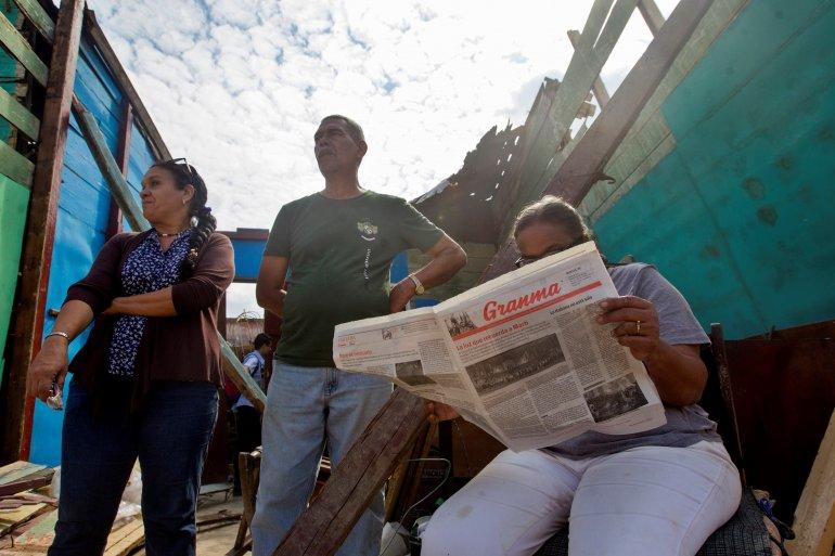 Una mujer lee uno de los diarios oficialistas de Cuba. EFE/Archivo