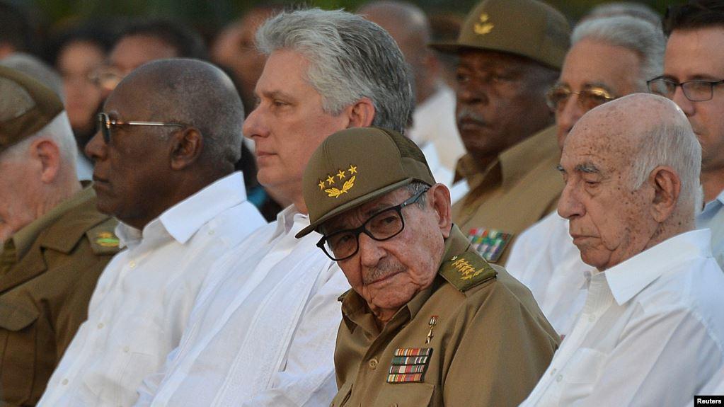 Raúl Castro, primer secretario del Partido comunista de Cuba y Miguel Díaz-Canel (2 izq.) en Santiago de Cuba celebran los 60 años de la llegada al poder de Fidel Castro.