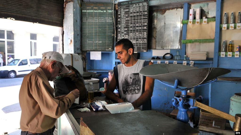 Un bodeguero vende productos racionados a un cliente en La Habana. (Archivo)