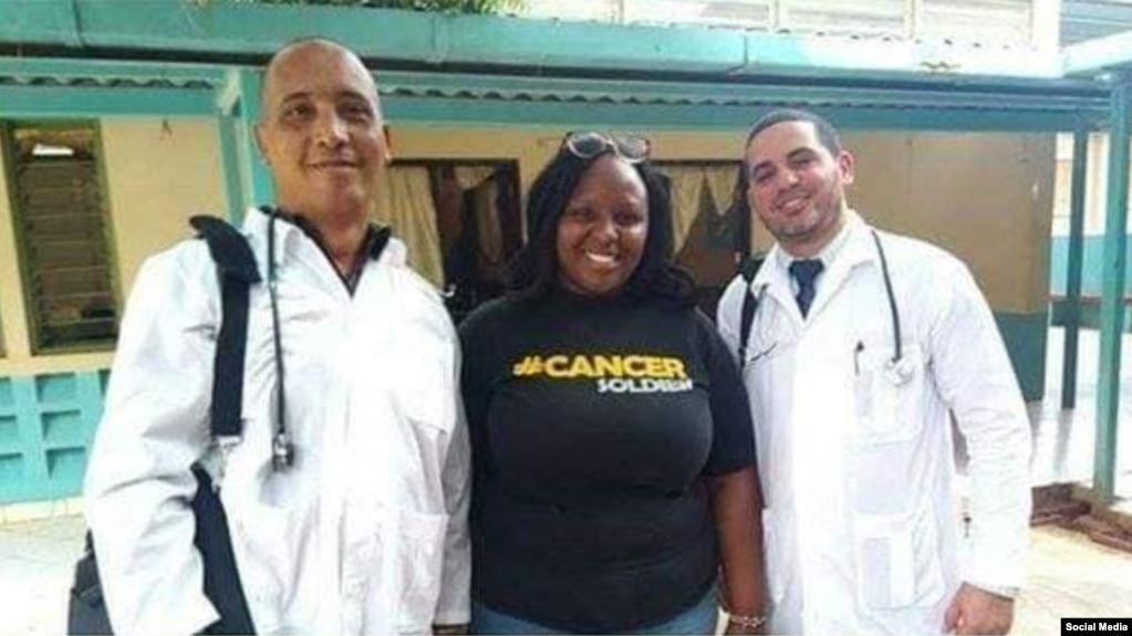 Los médicos cubanos secuestrados en Kenya, Assel Herrera (izq) y Landy Rodríguez (der.), al centro una persona sin identificar. (Facebook).