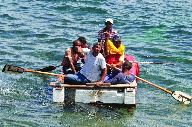 En embarcaciones improvisadas, hechas de materiales de desecho, emigrantes cubanos huyen de la isla poniendo en riesgo inminente sus vidas. EFE