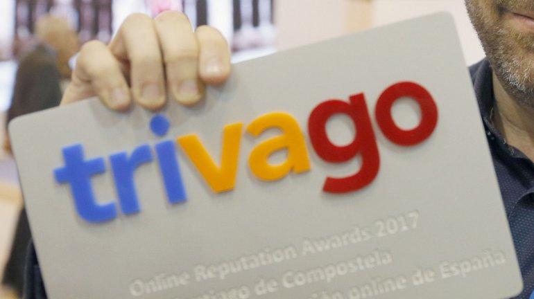 Fotografía de archivo de un hombre que sostiene una tarjeta con un premio otorgado por Trivago durante la feria de turismo FItur 2017, en Madrid. EFE/Archivo/Lavandeira jr