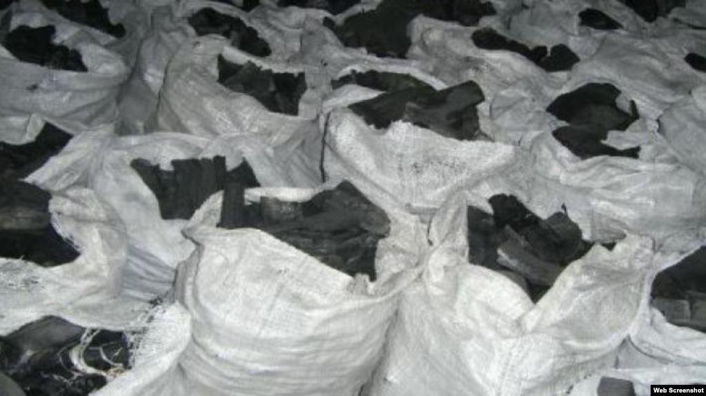 Bolsas de carbón hecho con marabú en Cuba (Foto: Archivo).