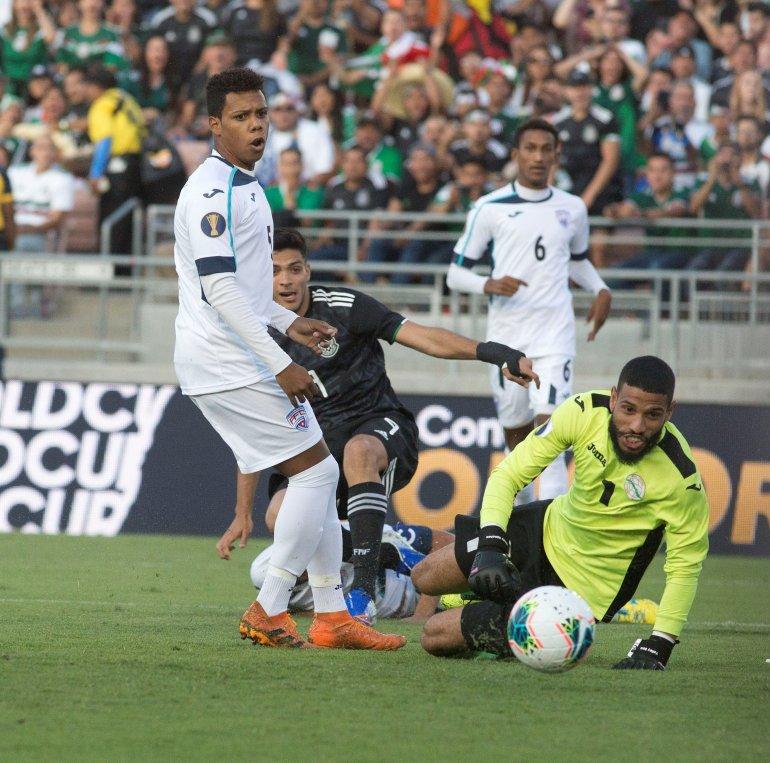 El guardameta de Cuba Sandy Sánchez disputa el balón contra México, durante un partido de la Copa Oro entre Cuba y México en el Rose Bowl en Pasadena, California.EFE