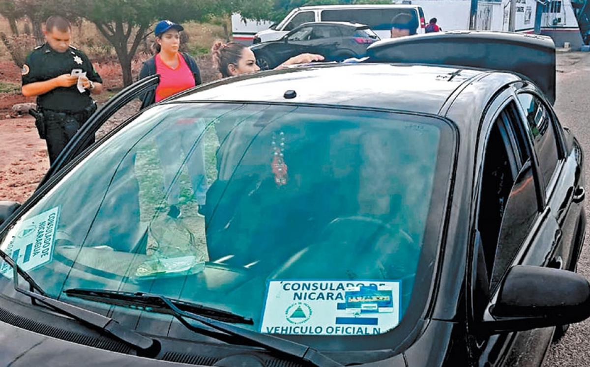 El vehículo de la presunta diplomática de Nicaragua en San Pedro Tapanatepec. (MILENIO)