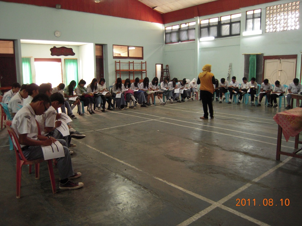 Renvi instructing high school students in Lampung.