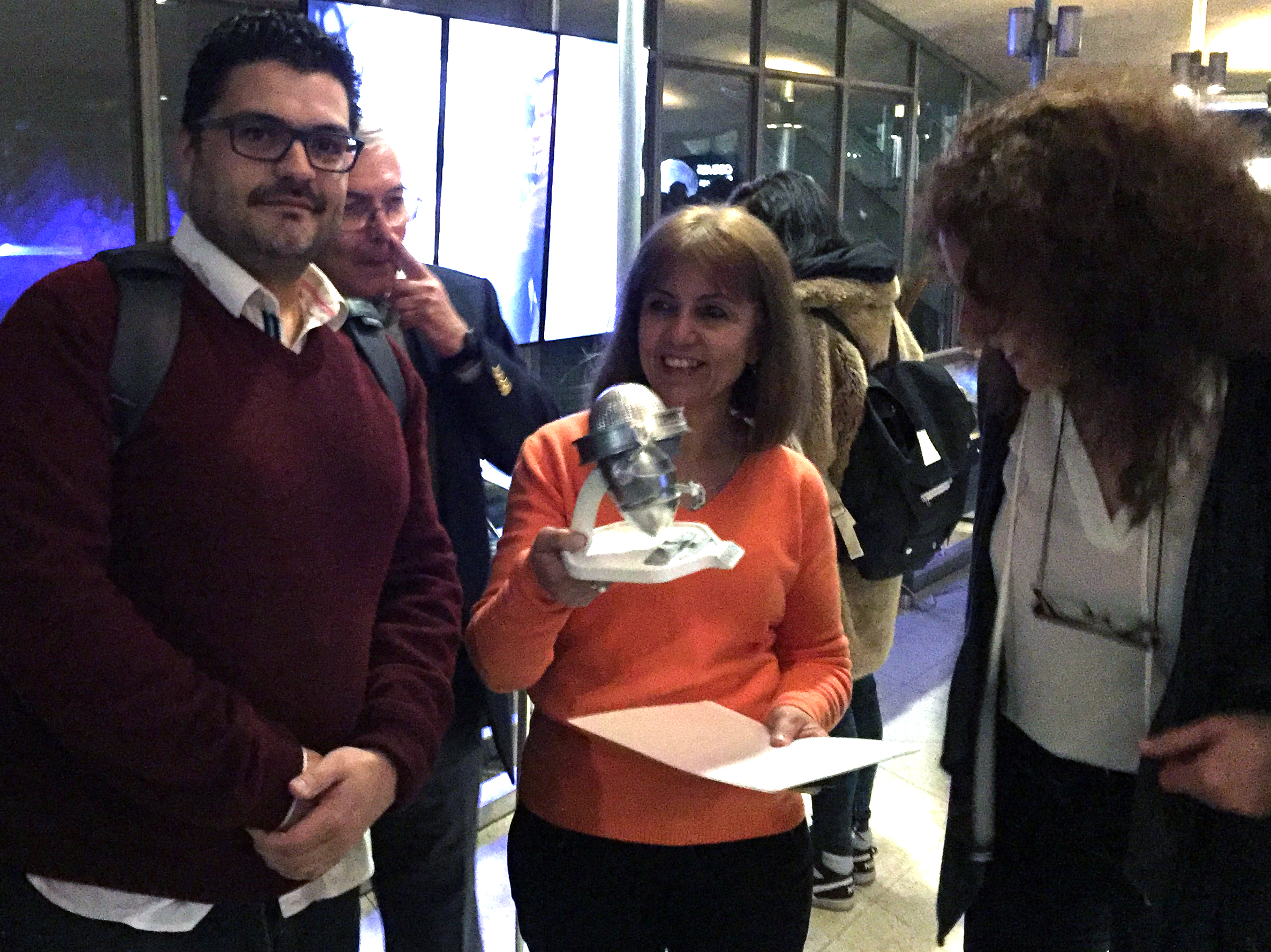 La muy emotiva entrega de GALILEO 3D a la Licenciada Graciela P. Cacace, líder espiritual del proyecto. También la vemos a Laura Molina de  Proyecciones Digitales , empresa líder,proveedora de todo el equipamiento tecnológico.