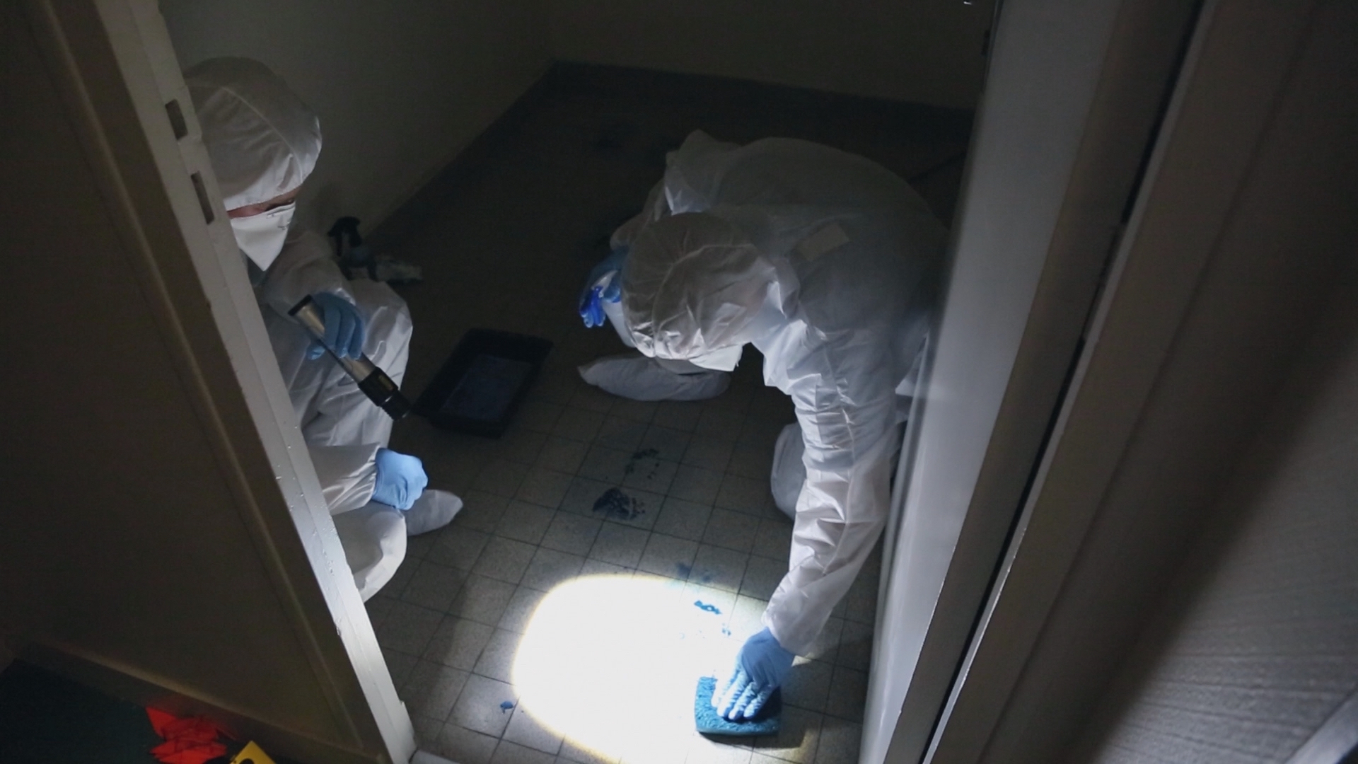 MEMENTO_StephaneROSSI_POLICE SCIENTIFIQUE_10_Relevé d'empreinte de pas à la poudre bleue.jpg
