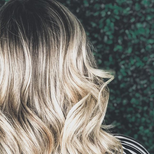 C O N T R A S T 🖤 For a natural looking growout and lived in vibe. . . @joico @olaplex @matrix @cosmoprofbeauty @deco_adamo @thewetbrush @paulmitchell @behindthechair_com @modernsalon . . #joico #licensedtocreate #cosmoprof #cosmoprofbeauty #thewetbrush #paulmitchell #balayage #blonde #bronde #brunette #babylights #behindthechair #modernsalon