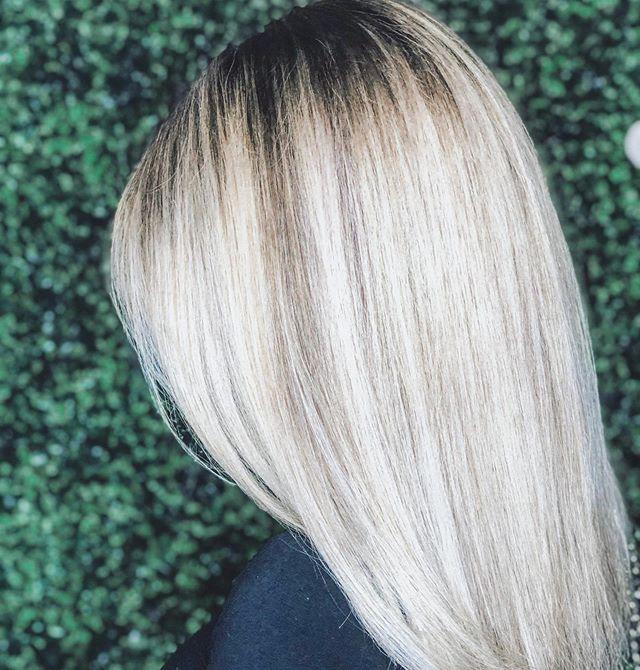 I C E 🖤 Q U E E N . . . . #chicagosalon #chicagohair #chicagobalayage #babylights #balayage #blonde #blondesdoitbetter #joico #kenra #kristenesshair #licensedtocreate #modernsalon #behindthechair #hairstylist #celebrityhairstylist #habitsalon #handtiedextensions #beadedweftextensions
