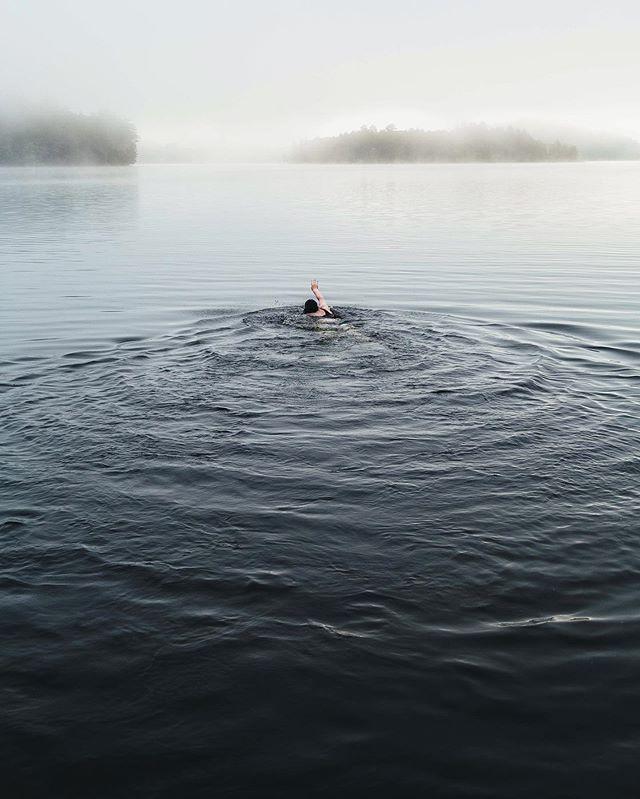 Morning dip . . . #lakelife #muskoka #optoutside #getoutside #explorecanada #hikevibes #sunrise #photography #awakethesoul #stayandwander #adventure #explore