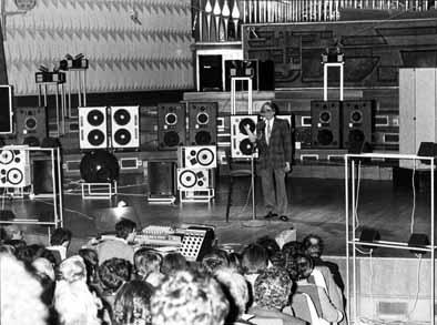 Schaeffer présente l'Acousmonium (1974).