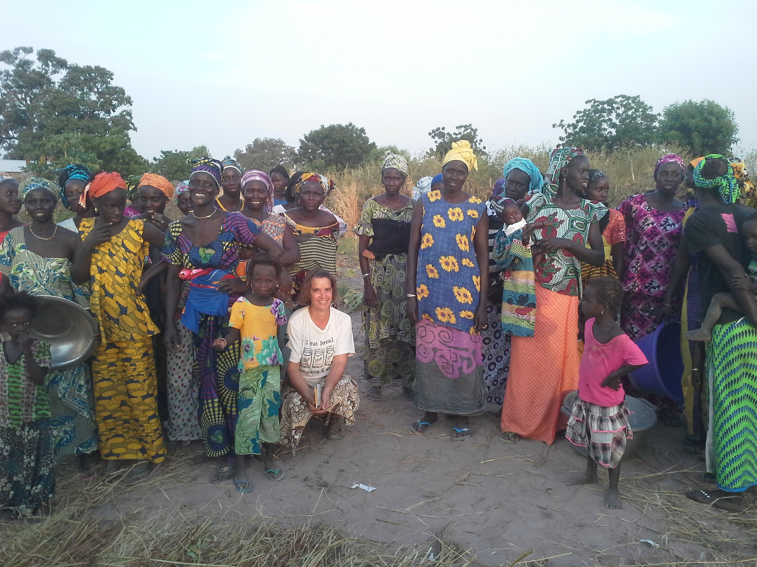Thiangalahene Farm Women gathering for a group photo following a discussion on compost. Photo by Boubacar Diaw, Farmer to Farmer Intern