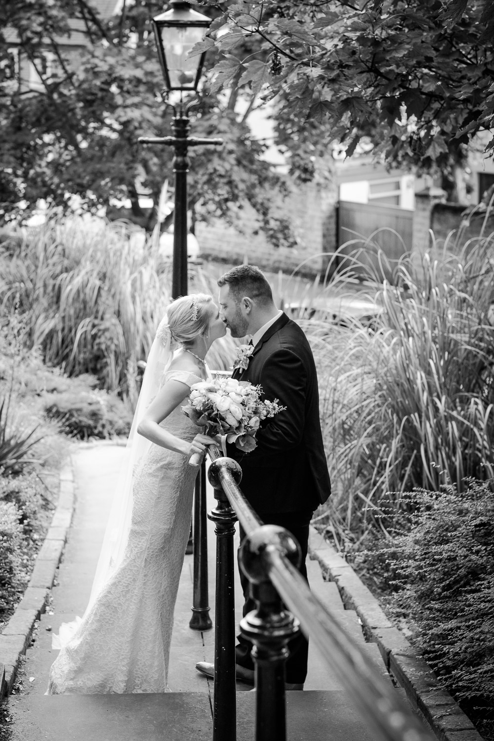the-park-step-nottingham-wedding-kiss
