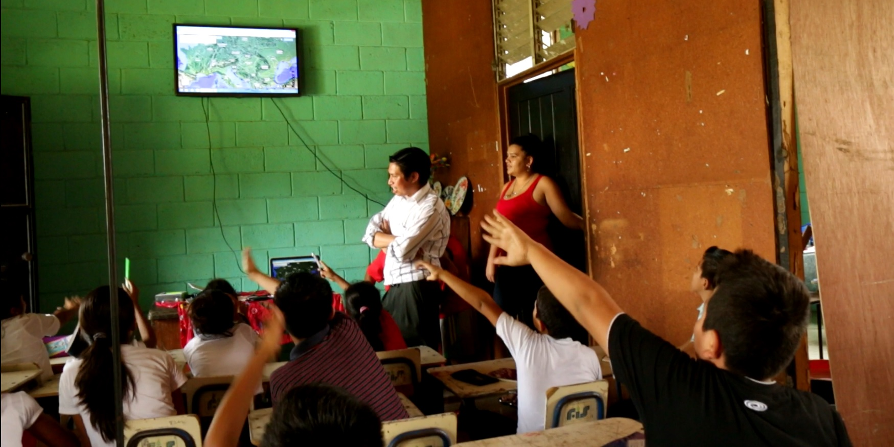 Cesar teaching a model Geography class. The students are gesturing where to pan and zoom the map to get to a particular landmark.