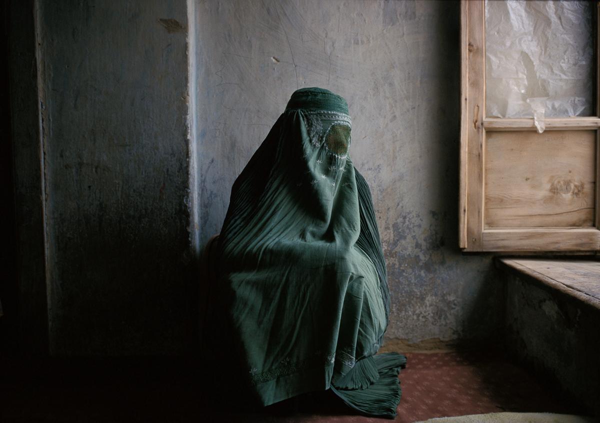 Afghan woman at home in Kabul 1997 © Joe McNally