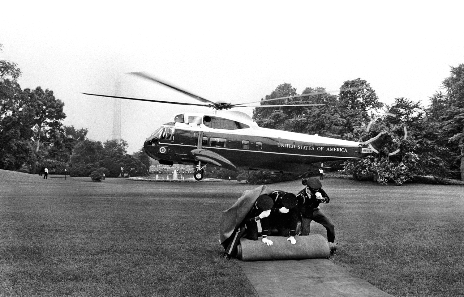 President Richard Nixon and his wife leave the White House in a helicopter, to their home in San Clemente, California after his resignation.  August 9, 1974  © Jean-Pierre Laffont