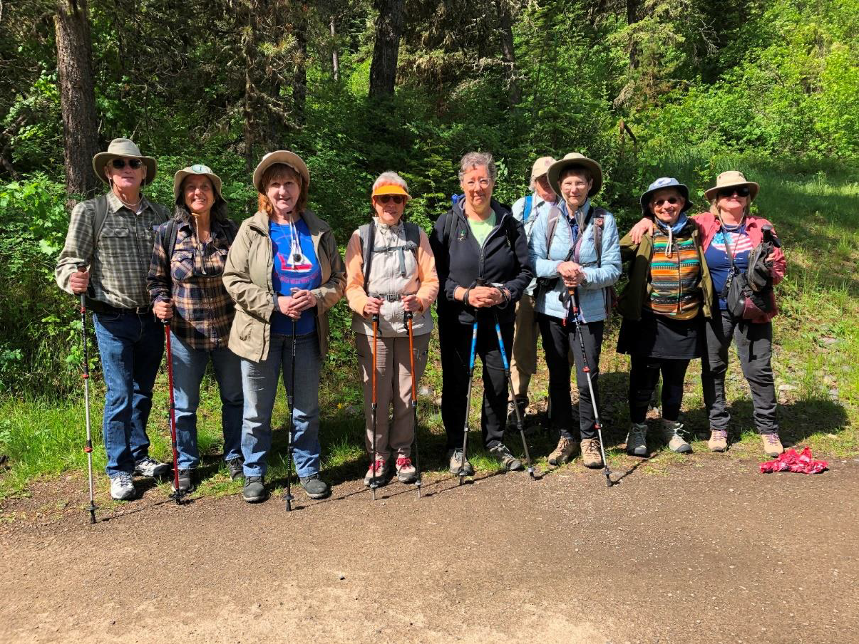 From the trailhead, the field trip participants diverged into three groups for hiking.