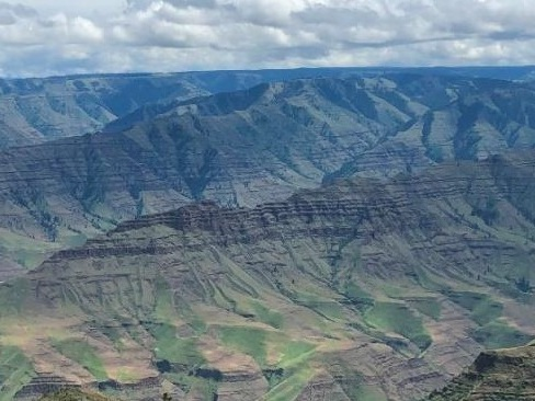 There are only two of the six formations of the Columbia River Basalt Group outcropping in the Hells Canyon and Wallowa area – the Imnaha below and the enormous Grande Ronde above.