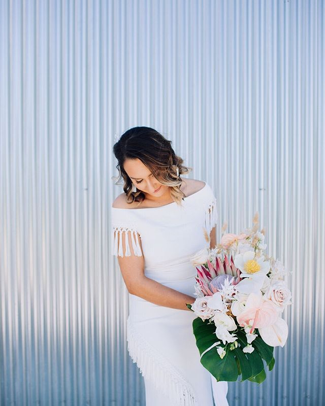 I've had a long, hard rule that I don't shoot summer weddings in Texas. 😅But I LOVE a good spring time wedding, especially with I get to photograph babes like this holding gorgeous flowers like that (and bonus points for being at @prospecthousetx). 🌸