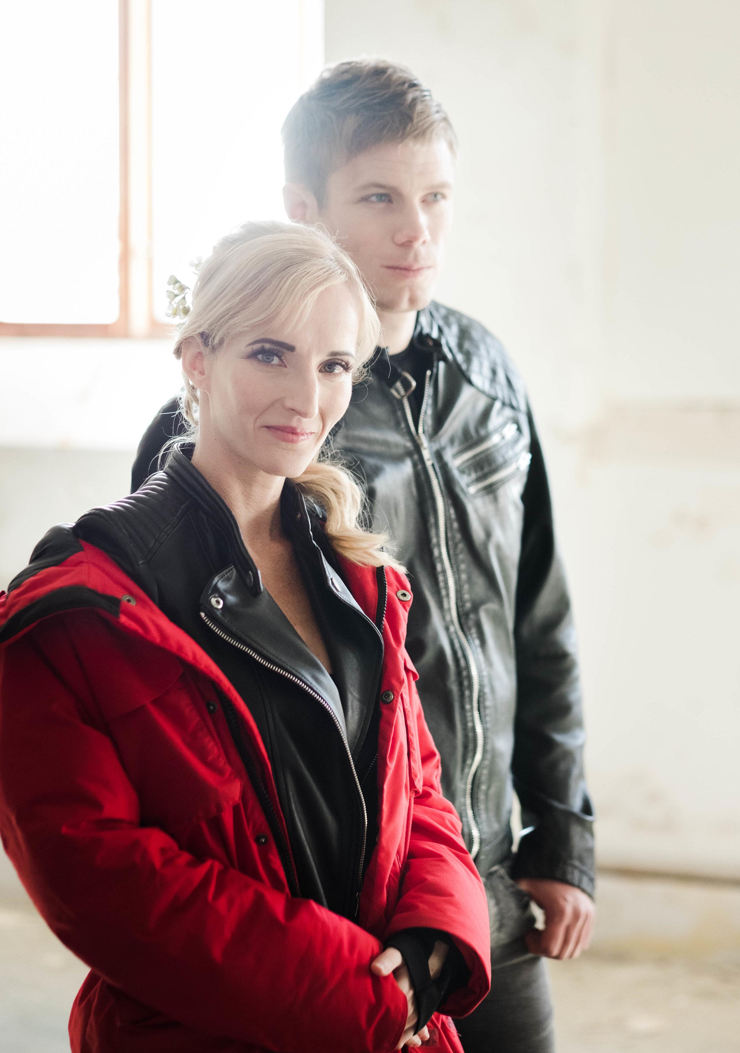 Catherine och Johan kommer i fotoform med lite förberedande svart skinn innan bröllopskläderna