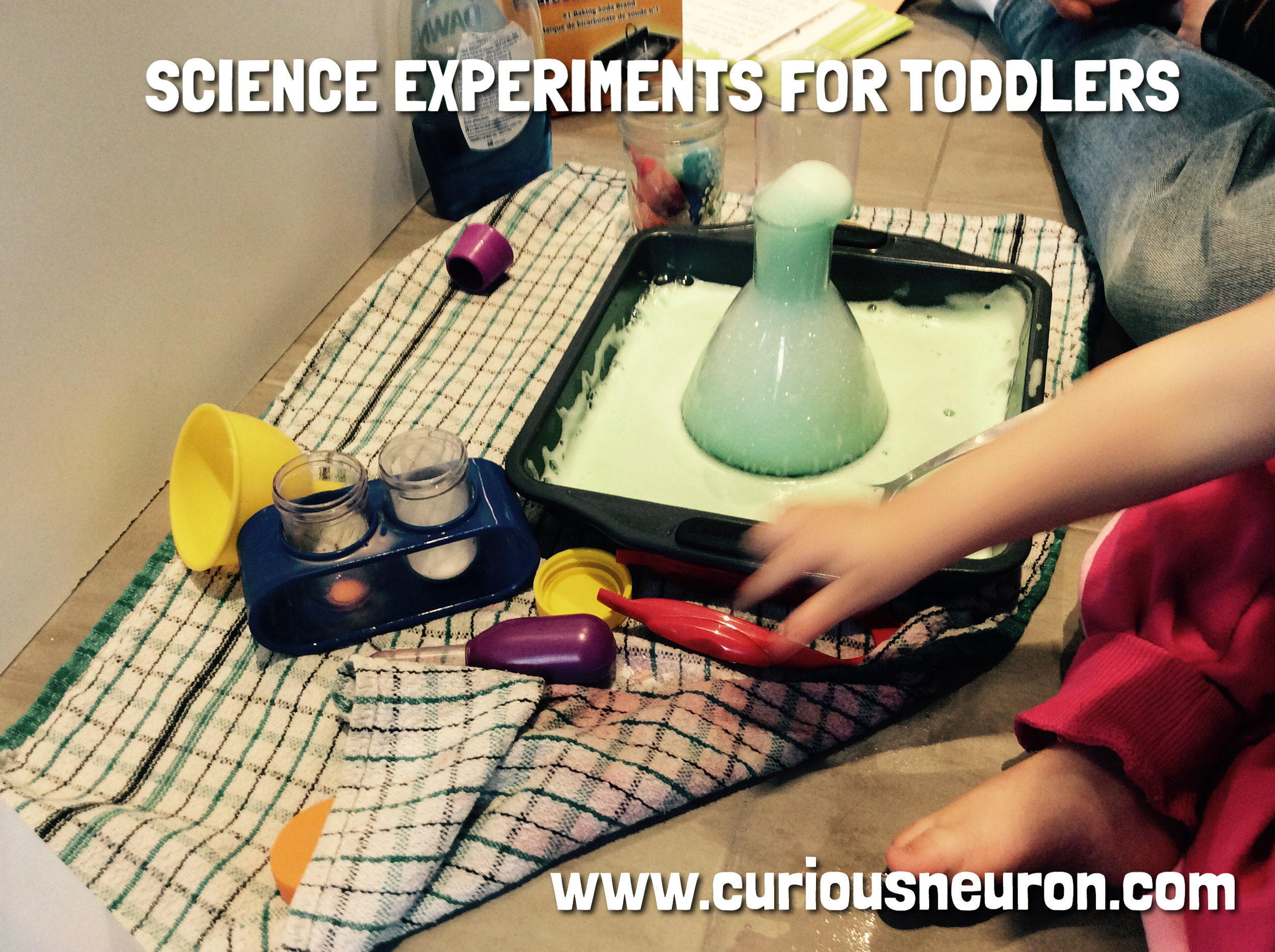 Playing with baking soda and vinagar is a fun way to introduce science to toddlers.