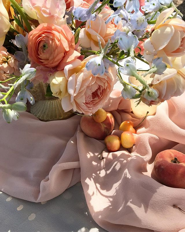 Summer at its finest🍑 Peach silk textile by @tonoandco garden roses by @gracerosefarm #lavendersflowers #weddingflowers #dsfloral #floraldesign #peachwedding