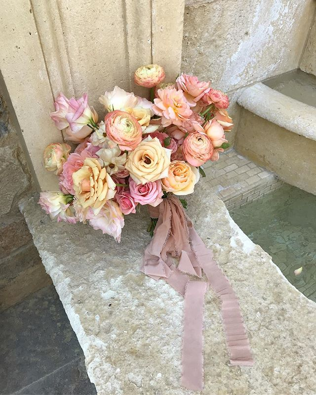 Fluffy, peachy, lovely bridal for Rei 🍑 silk ribbon by @tonoandco #lavendersflowers #floraldesign #dsfloral #peach #weddingflorist