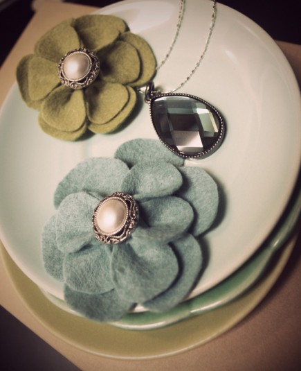 Felt-Flowers-and-Necklace-Vintage-435x535.jpg