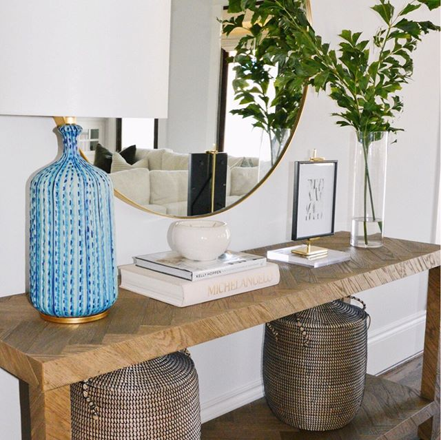 Tip of the day: go big with texture. I love how these large rattan baskets add an earthy element to this lovely vignette. ⠀⠀⠀⠀⠀⠀⠀⠀⠀ .⠀⠀⠀⠀⠀⠀⠀⠀⠀ .⠀⠀⠀⠀⠀⠀⠀⠀⠀ #interiordesign #houstoninteriordesigner⠀⠀⠀⠀⠀⠀⠀⠀⠀ #designhouston #interiordesignsofinsta #interiordesignideas #instagood #homedecor #interiors #decor #interiorforall #designblogger #modern #interiorinspiration #homestyling #homerenovation