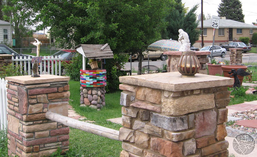 Valverde – Small sculptures on really big pedestals