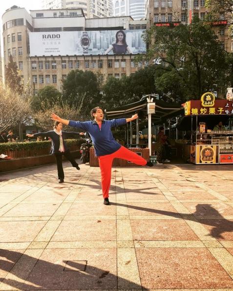 Ballet dancers practicing on the street. Image via  @jungletimer