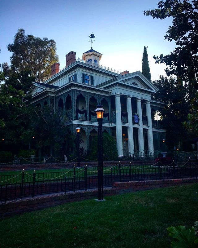 A Birthday eve slowly comes to a spooky end...... #hauntedmansion #disneyland #disney #disney #hauntedmansion50 #disneylandresort