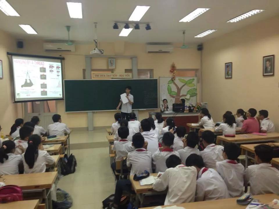 Tuấn Nam thuyết trình với các bạn trong lớp về thực trạng của loài tê giác hiện nay