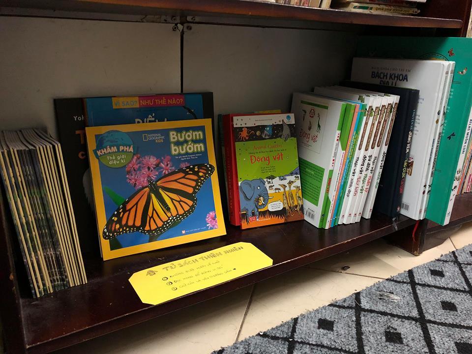 Một góc tủ sách về thiên nhiên hoang dã được tổ chức WildAct quyên góp cho Thư Viện Dương Liễu, tại xã Dương Liễu, Hoài Đức, Hà Nội