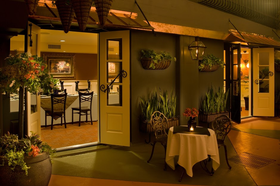 Deanies-Seafood-New-Orleans-Private-Party-Venue-With-French-Quarter-Courtyard.jpg