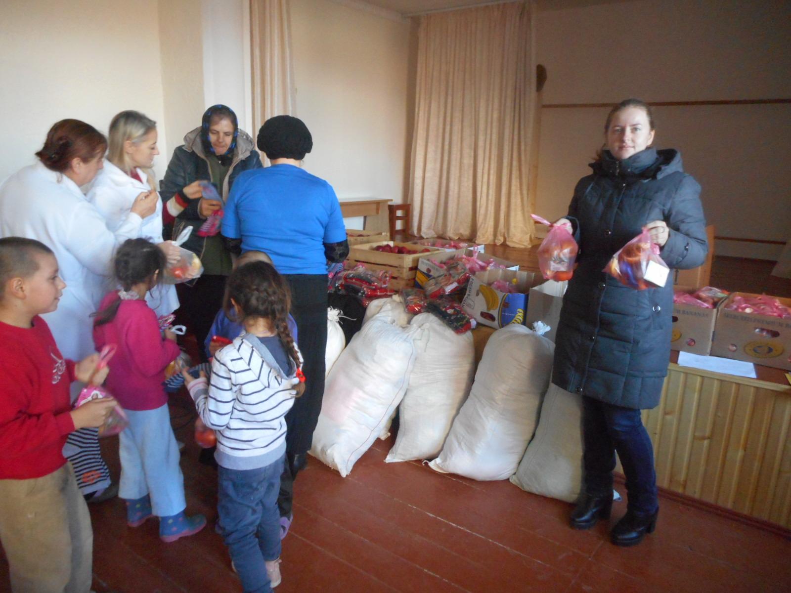 Copiii au primit, fiecare, cate un cadou din fructe si dulciuri.JPG