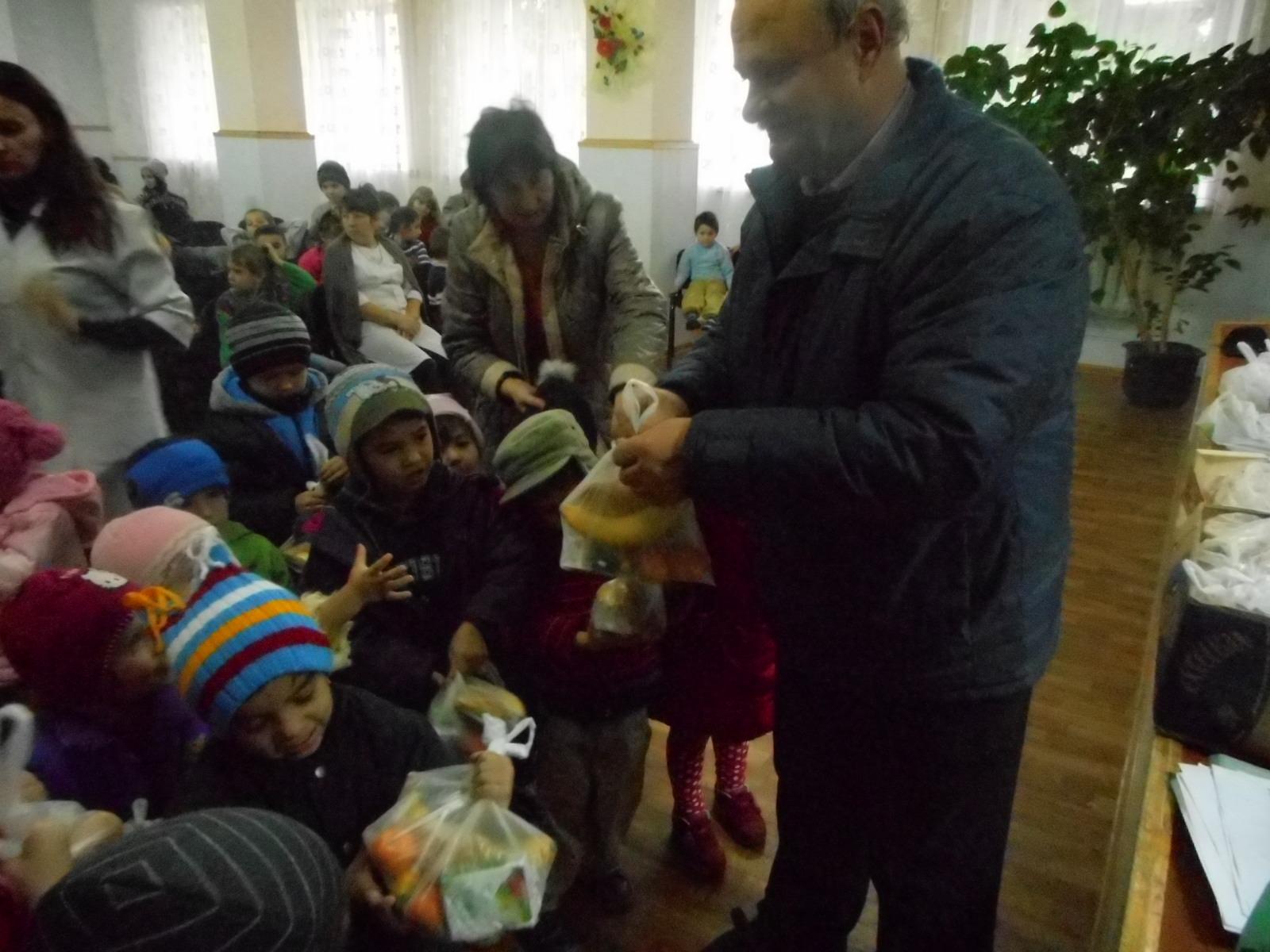 Copiii din internat primesc cadouri.JPG