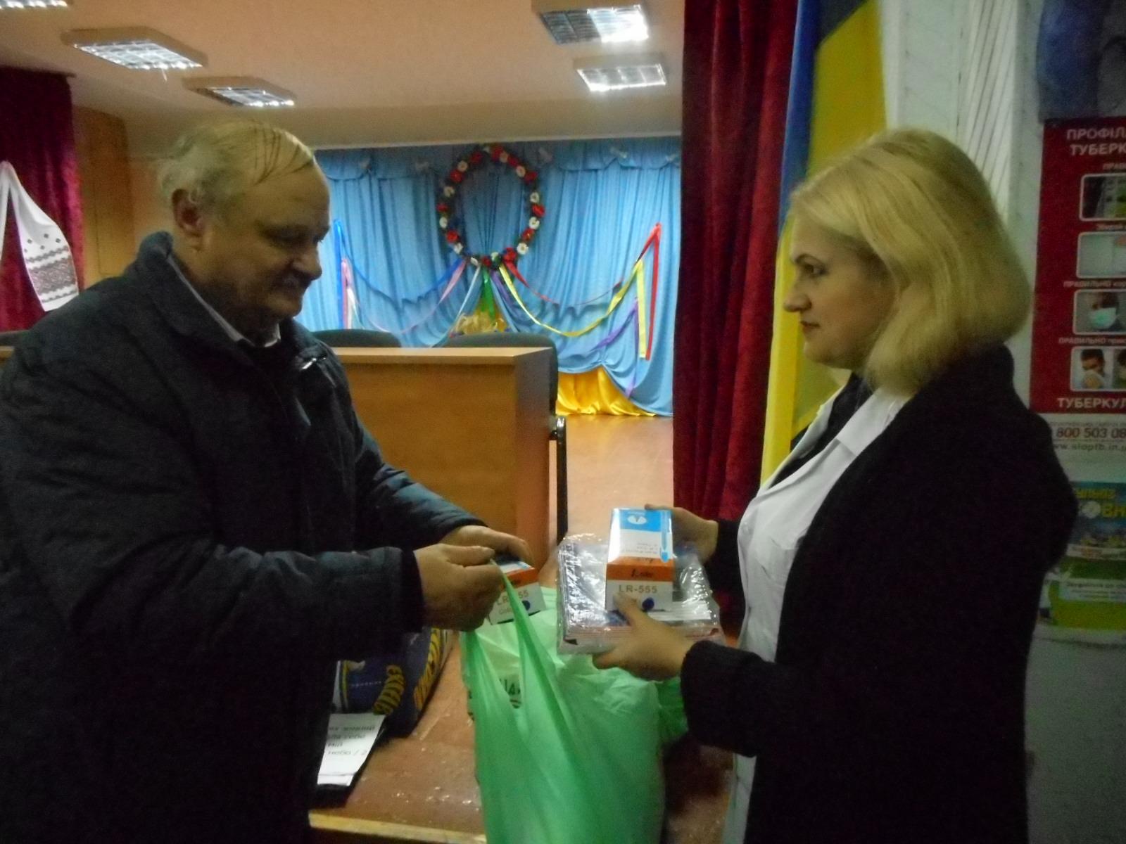 Fr.Pavel inmaneaza directoarei internatului richzite scolare(caiete si pixuri)pentru 200 de copii..JPG