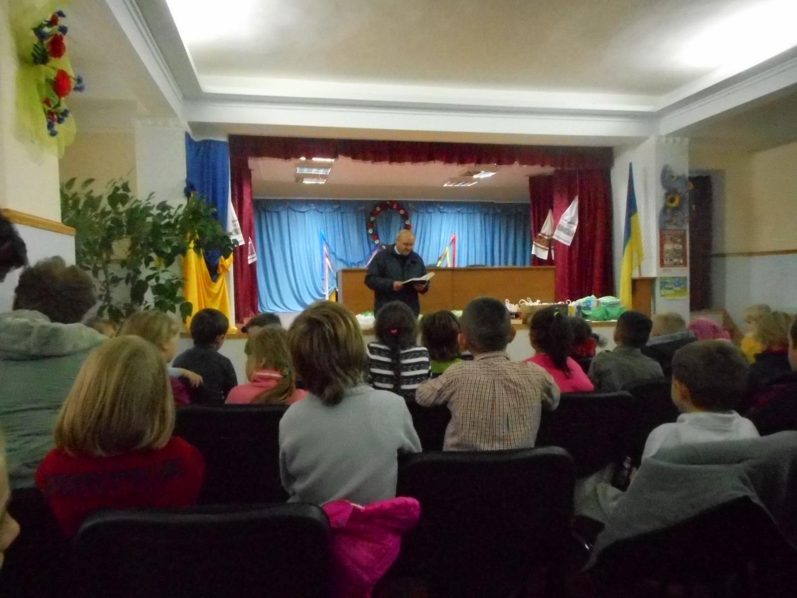 Fratele Pavel face un studiu cu copiii din internat.JPG