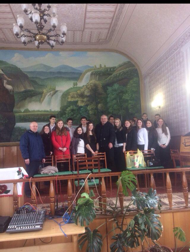 Fr.Alex impreuna cu corul din biserica..jpg
