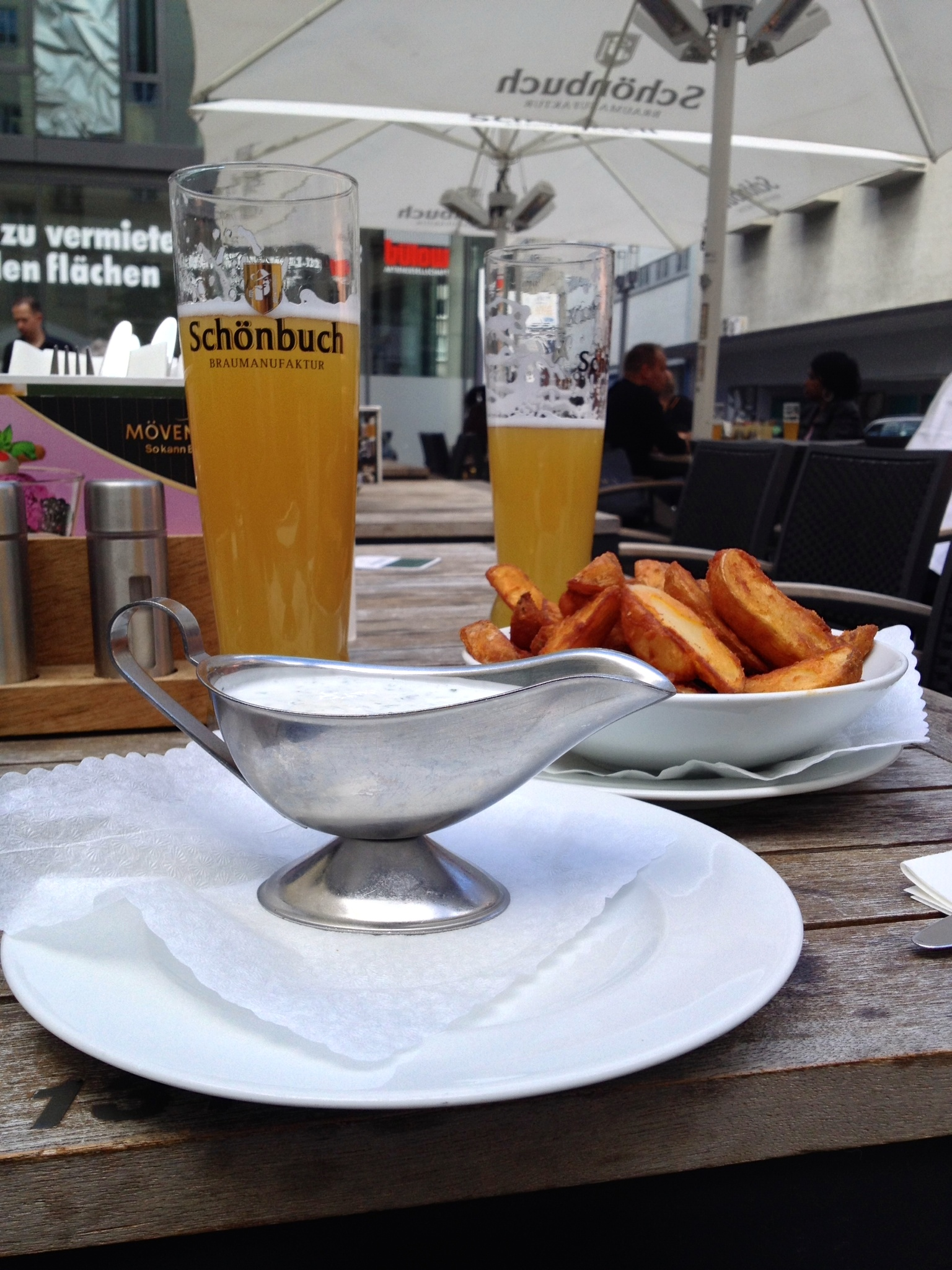The delicious  ofenkartoffel  (oven fries) with herb dip and  hefeweizen  in the background