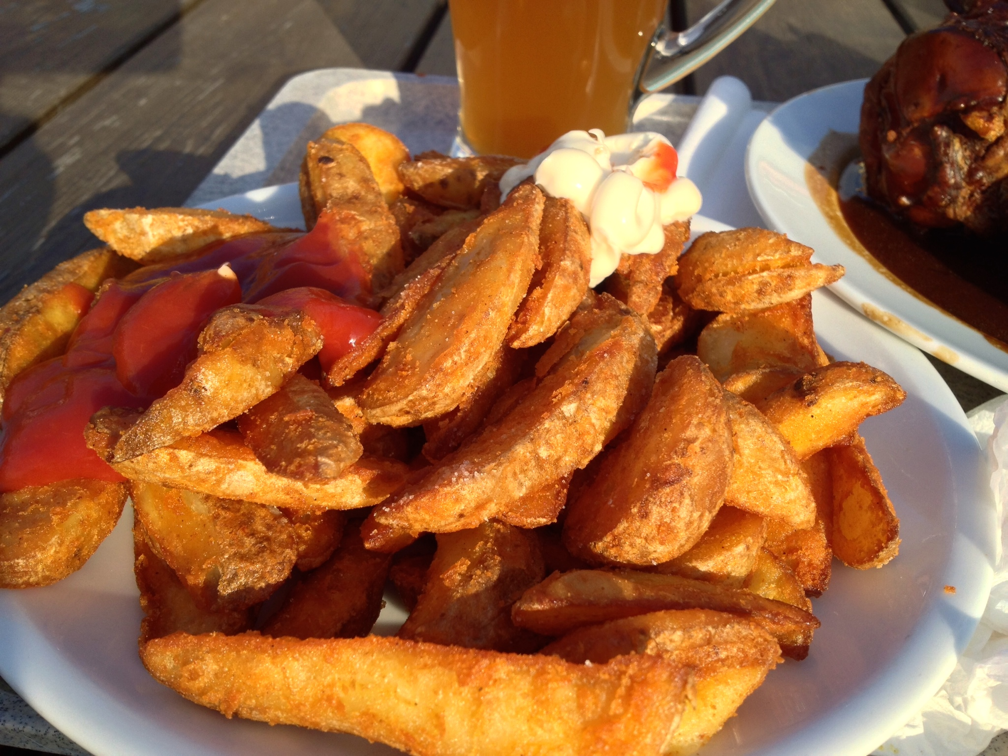 Wilde Kartoffeln   rot-weiß  (potato wedges with ketchup and mayonnaise)
