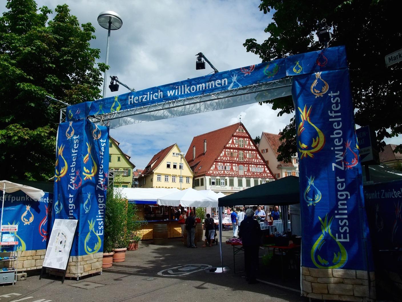 The entrance to the  Esslinger Zwiebelfest in the  Marktplatz