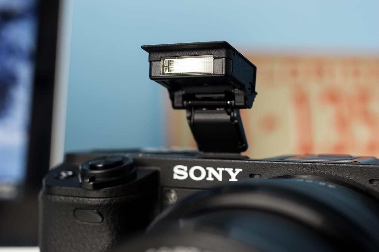 Sony-Alpha-A6300-Design-Flash.jpg