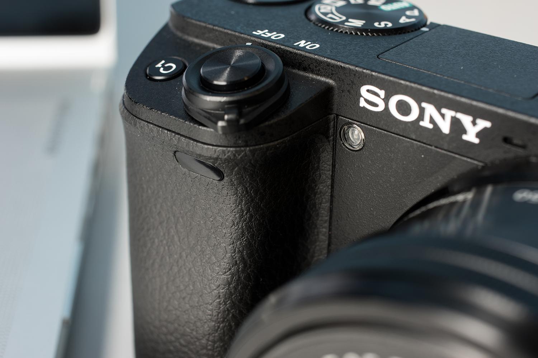 Sony-Alpha-A6300-Design-Grip.jpg